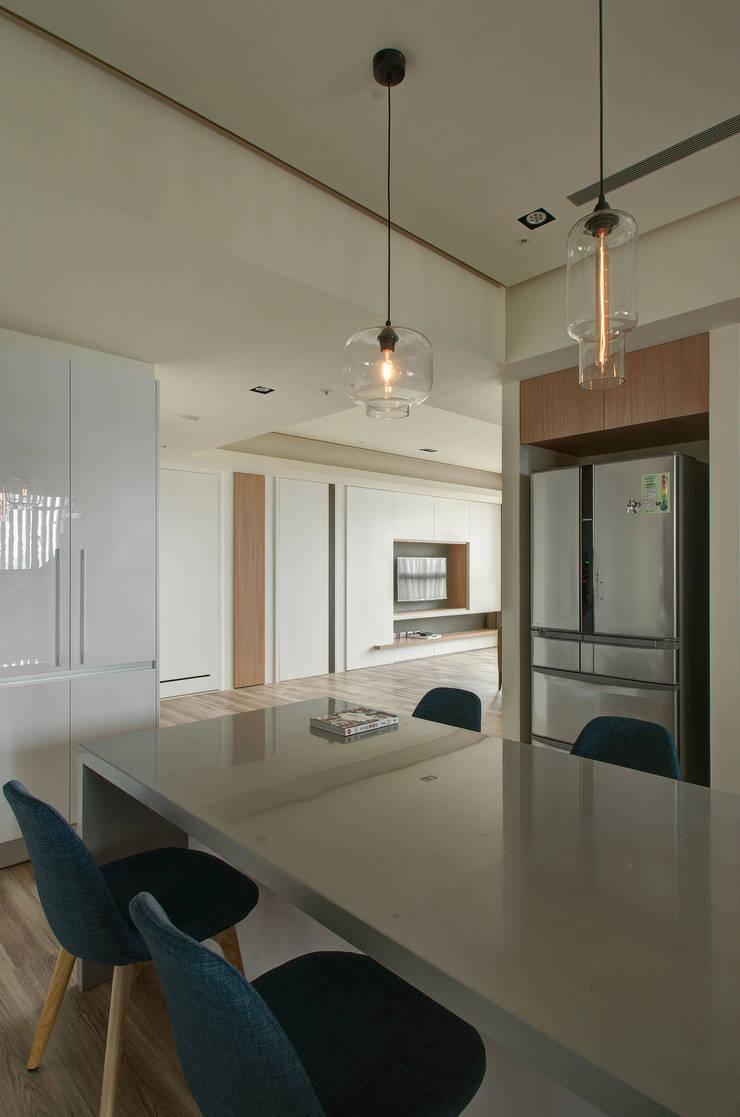 清新暖意:  餐廳 by 邑舍室內裝修設計工程有限公司