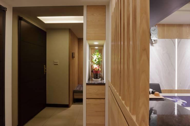 Corridor & hallway by 青築制作, Modern
