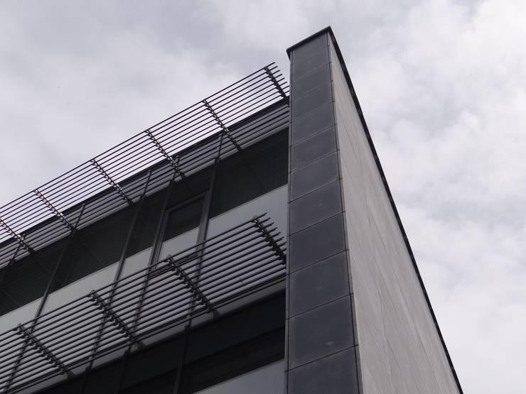 Rumah tinggal  oleh Luxum, Modern Beton