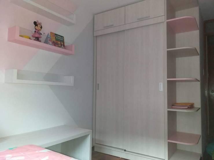 Closet: Cuartos para niñas de estilo  por Inspira