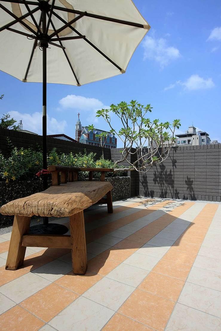 Balcones y terrazas de estilo moderno de 大桓設計顧問有限公司 Moderno