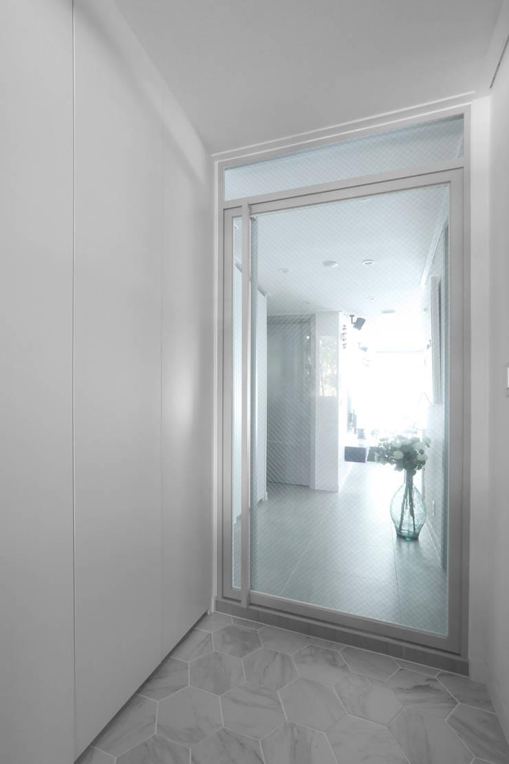 방배 서리풀 26평 아파트 인테리어: 카멜레온디자인의  복도 & 현관,