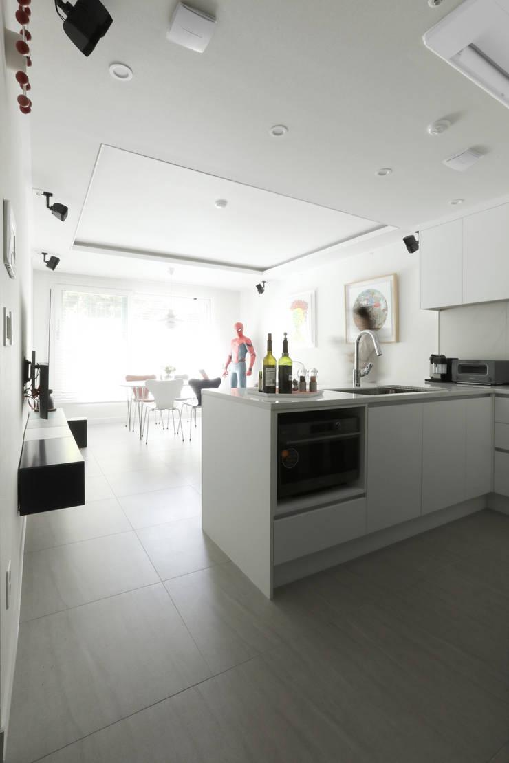 방배 서리풀 26평 아파트 인테리어: 카멜레온디자인의  주방,