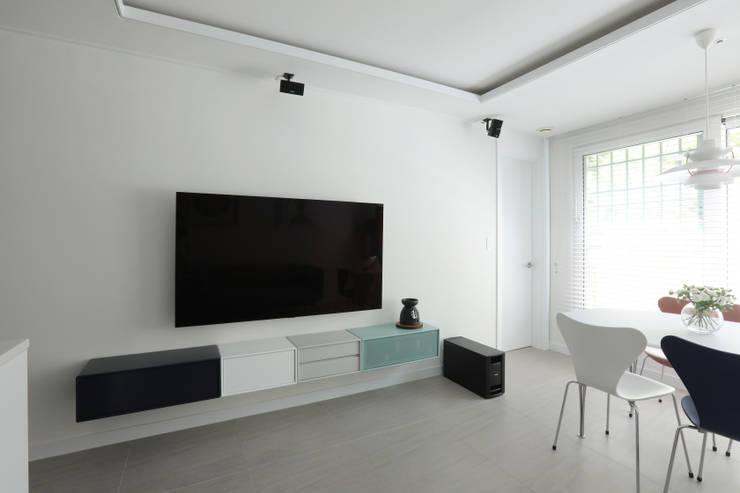 방배 서리풀 26평 아파트 인테리어: 카멜레온디자인의  거실,