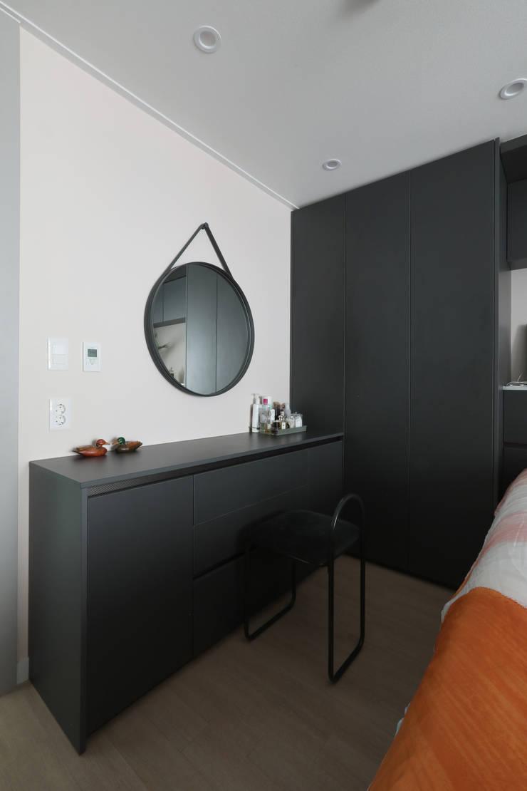 방배 서리풀 26평 아파트 인테리어: 카멜레온디자인의  침실,