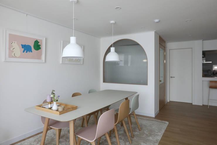 길동 희훈리치파크 32평 아파트 인테리어: 카멜레온디자인의  다이닝 룸,