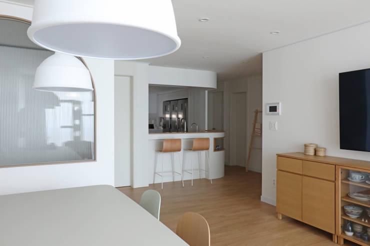 길동 희훈리치파크 32평 아파트 인테리어: 카멜레온디자인의  거실,