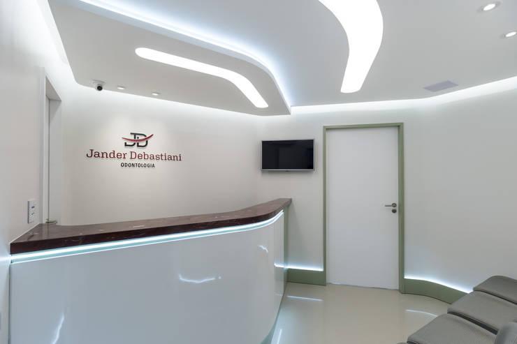 Clinics by Okla Arquitetura, Minimalist MDF