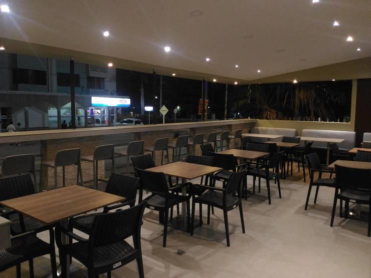 Venta de Mobiliario e Iluminacion: Espacios comerciales de estilo  por CAMALEON DISEÑOS