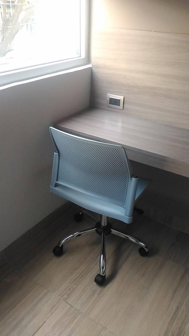 Sillas y escritorio ejecutivo: Hoteles de estilo  por CAMALEON DISEÑOS, Minimalista
