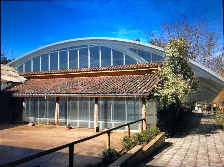 Piscina Termas Quinamavida, Linares: Piscinas de jardín de estilo  por MRH Arq