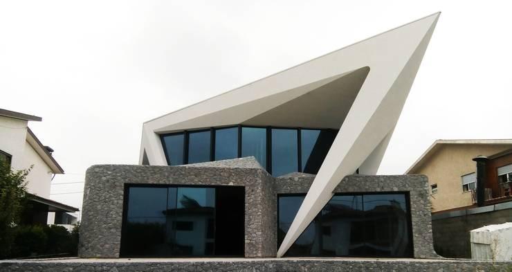 Habitação Unifamiliar Isolada T4 - o Tempo e a Sensação: Casas unifamilares  por Office of Feeling Architecture, Lda