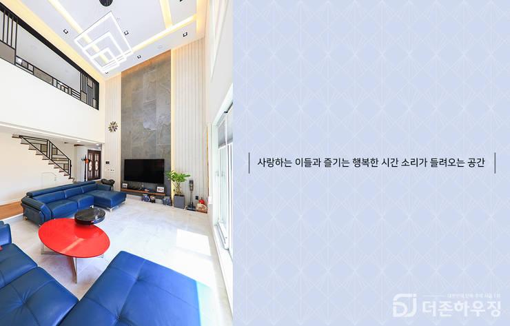 주택내부 1층 : 더존하우징의  거실,모던