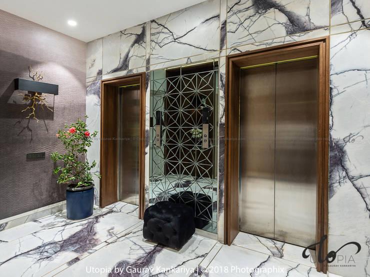 Pasillos, vestíbulos y escaleras de estilo moderno de Utopia by Gaurav Kankariya Moderno