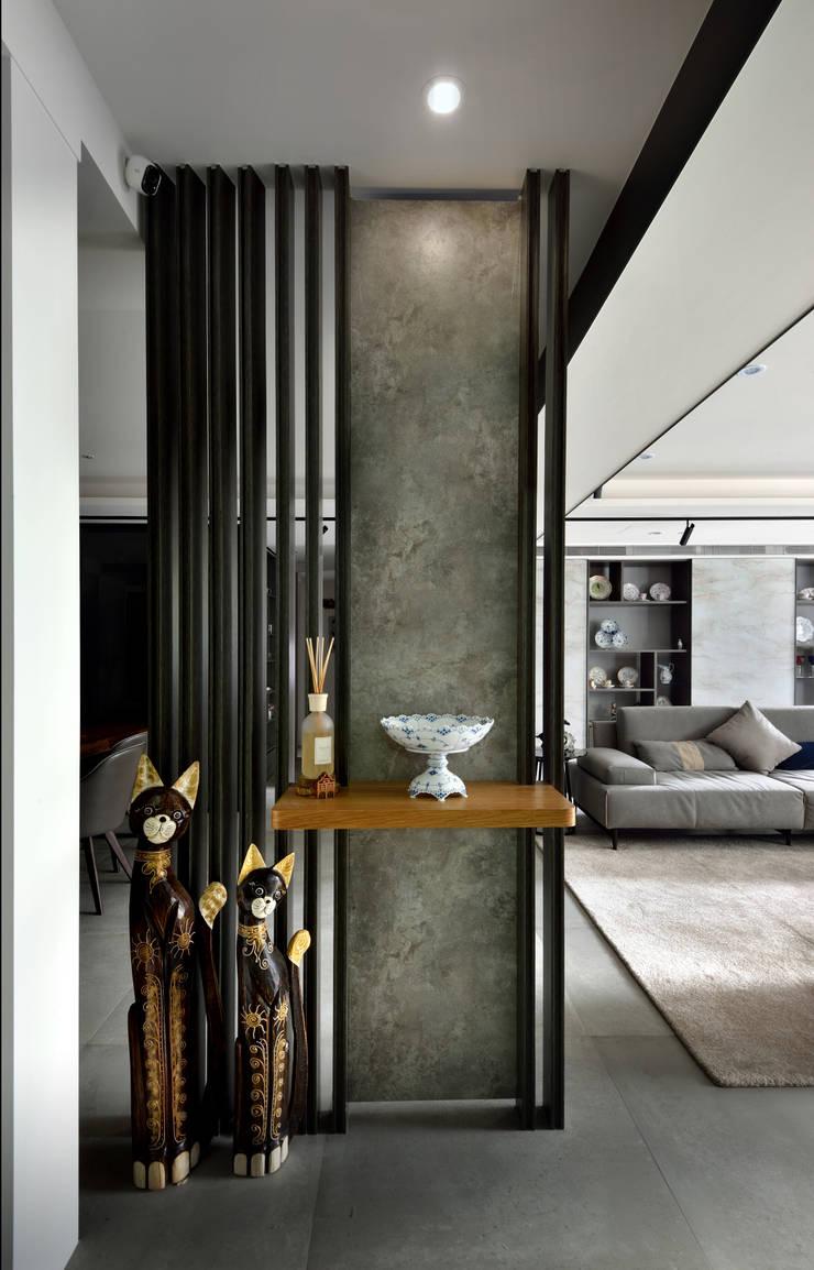 Couloir et hall d'entrée de style  par 星葉室內裝修有限公司