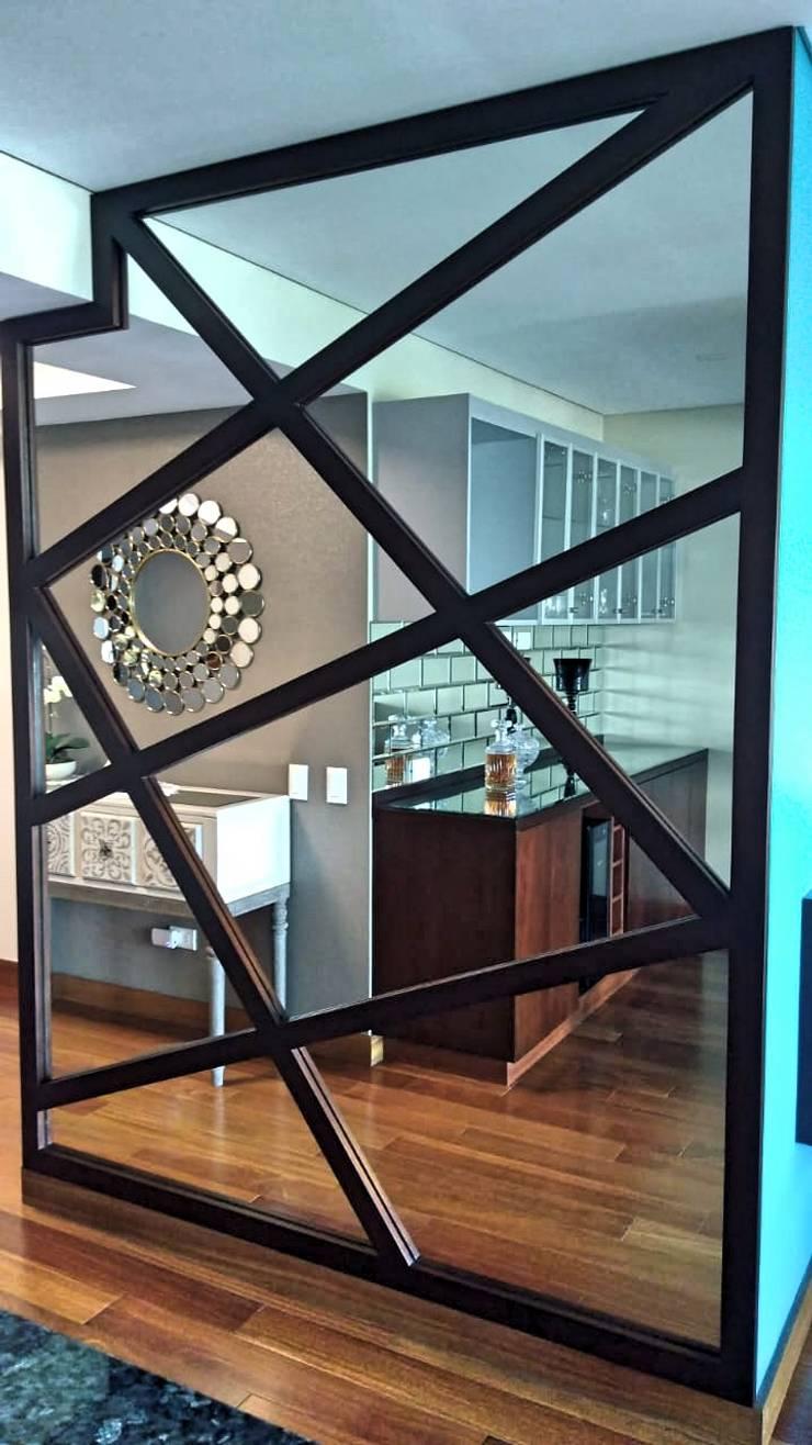 Espejo de ingreso a Sala y bar: Pasillos y vestíbulos de estilo  por Actio arquitectos
