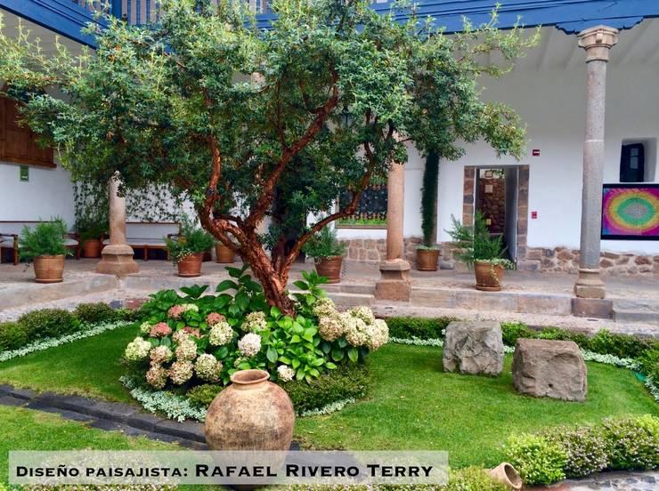 """Proyecto paisajista """"Belmond Palacio Nazarenas Hotel"""" Cusco, Perú.: Jardines en la fachada de estilo  por Rafael Rivero Terry arquitecto paisajista"""