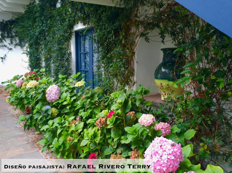 """Proyecto paisajista """"Belmond Palacio Nazarenas Hotel"""" Cusco, Perú.: Jardines de piedra de estilo  por Rafael Rivero Terry arquitecto paisajista"""