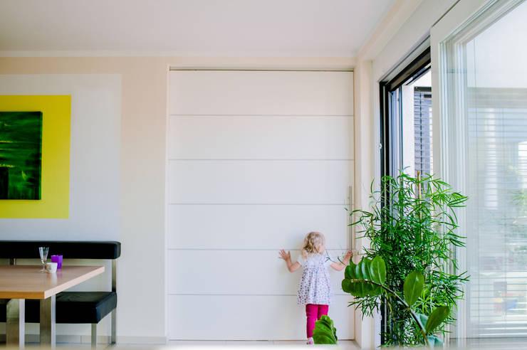 Schicke Schiebetür Moderne Esszimmer von T-raumKONZEPT - Interior Design im Raum Nürnberg Modern