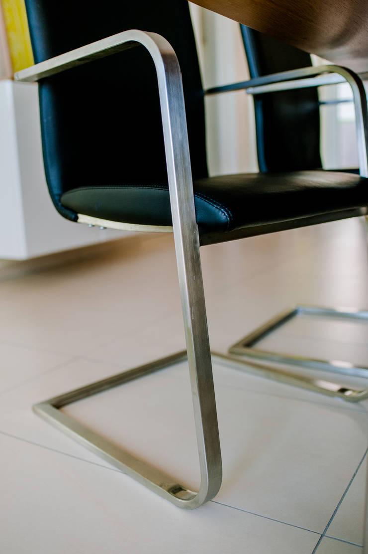 Schwarzer Leder-Schwingstuhl mit Edelstahl-Gestell Moderne Esszimmer von T-raumKONZEPT - Interior Design im Raum Nürnberg Modern Eisen/Stahl