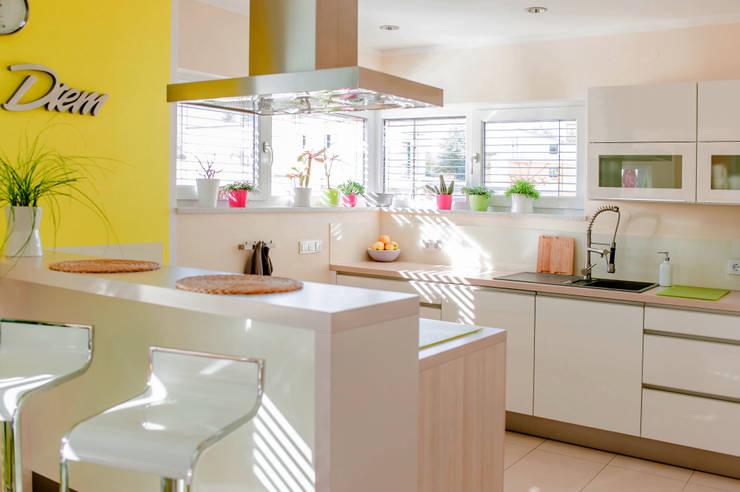 Helle moderne Küche mit Kochinsel von T-raumKONZEPT - Interior Design im Raum Nürnberg Modern