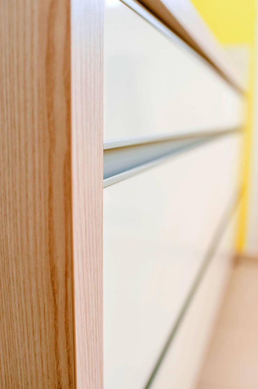 Küche mit Griffschiene von T-raumKONZEPT - Interior Design im Raum Nürnberg Modern