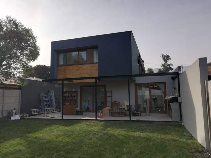 Fachada Trasera: Casas unifamiliares de estilo  por Remodelaciones Santiago Eirl