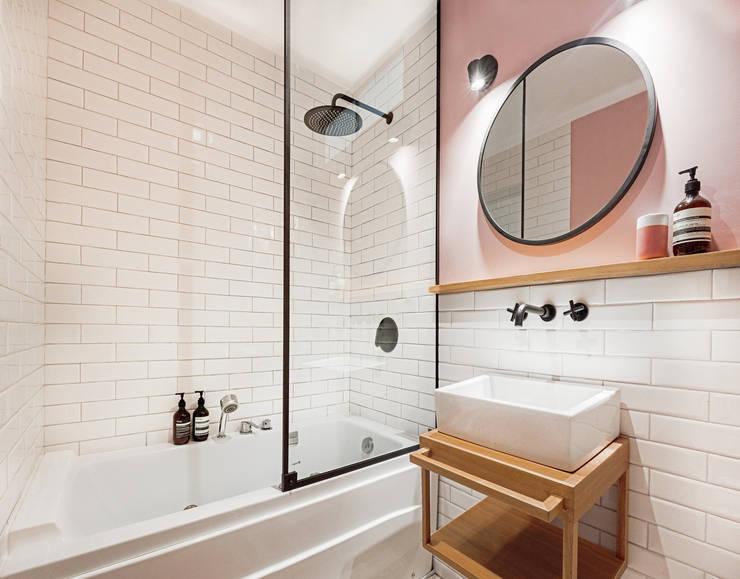 Vista interior: Baños de estilo  por Karstico,