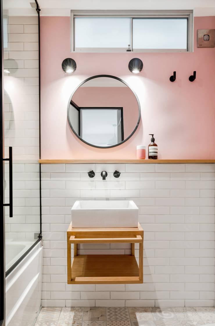 Vista interior 2: Baños de estilo  por Karstico,