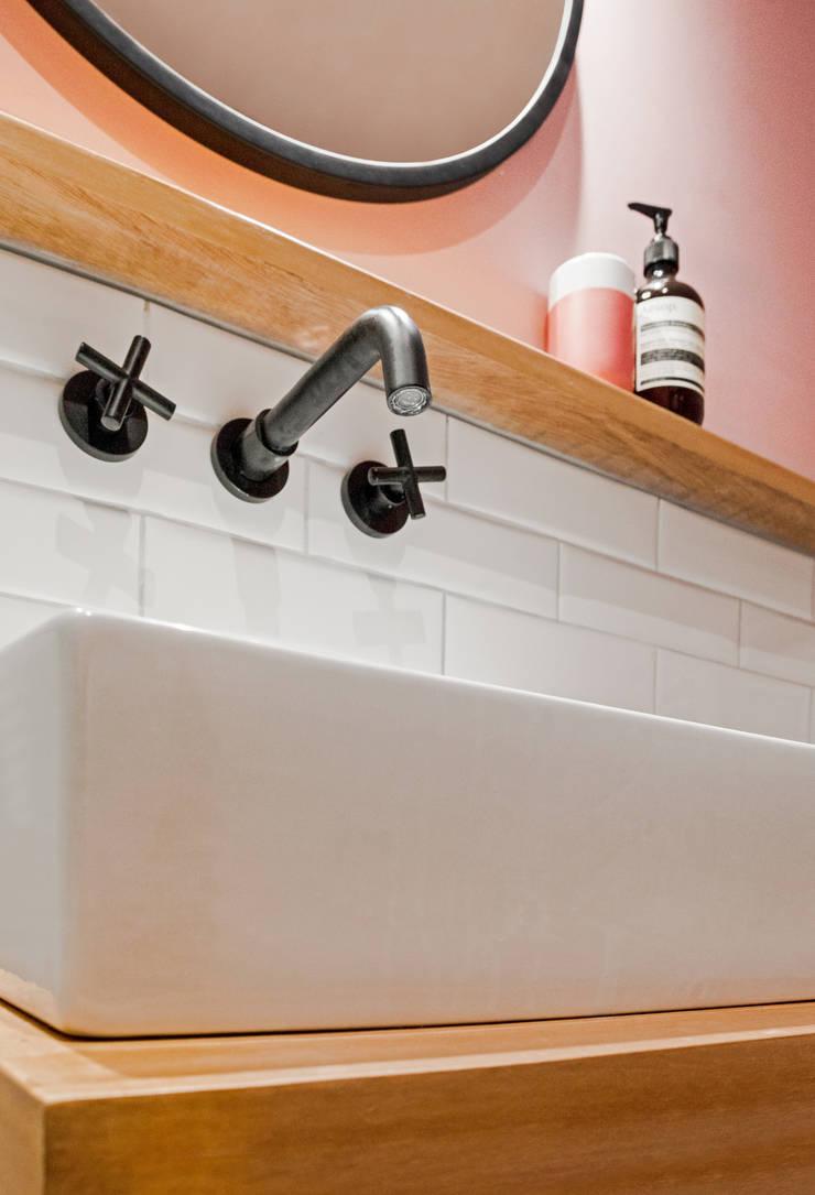 Detalle: Baños de estilo  por Karstico,