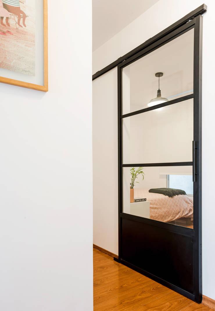 Puerta de aluminio: Puertas y ventanas de estilo  por Karstico,