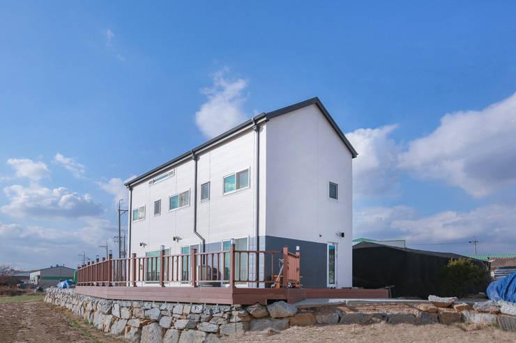 다락을 품은 2층전원주택: 공간제작소(주)의  전원 주택,모던