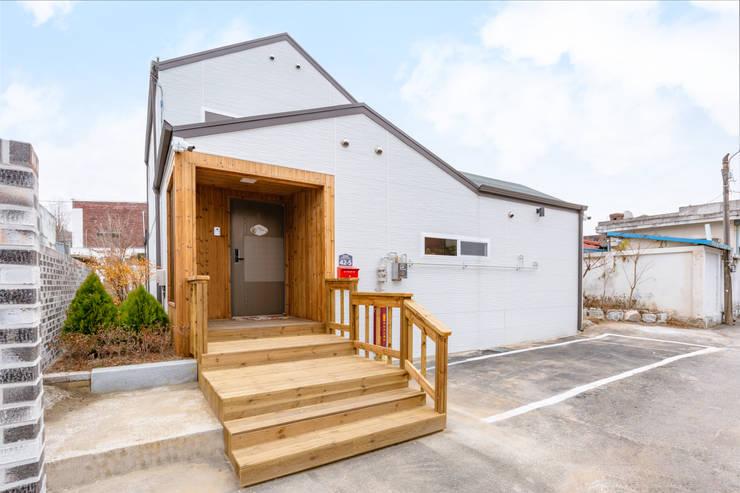 김병만이 어머님께 지어드린 효자주택: 공간제작소(주)의  목조 주택,모던