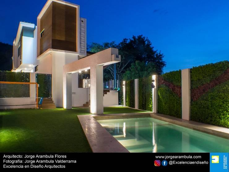 Casa Lagos 94: Albercas de jardín de estilo  por Excelencia en Diseño,