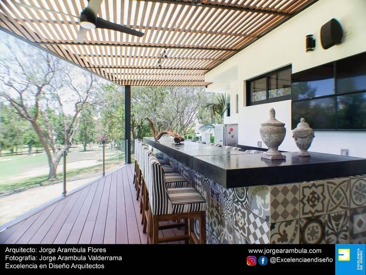 Casa Lagos 94: Terrazas de estilo  por Excelencia en Diseño,