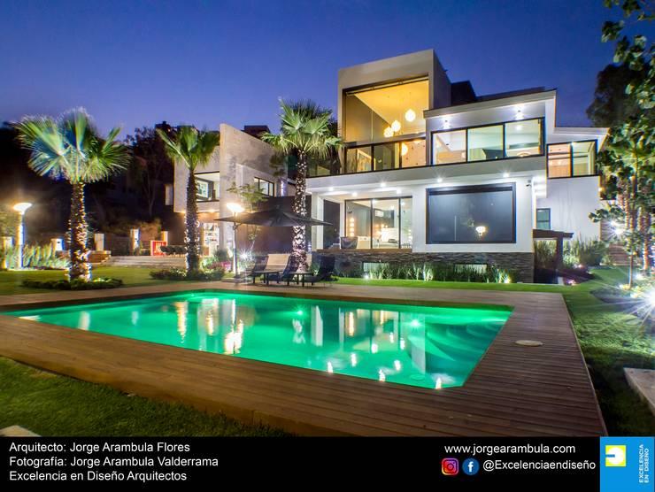 Casa La Nogalera: Albercas de estilo  por Excelencia en Diseño,