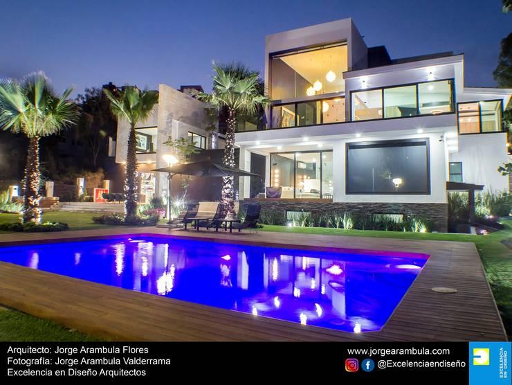 Casa La Nogalera: Albercas de jardín de estilo  por Excelencia en Diseño,