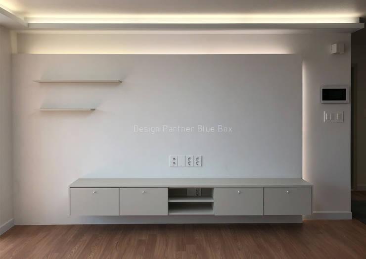 거실 인테리어: Design Partner Blue box의  거실,