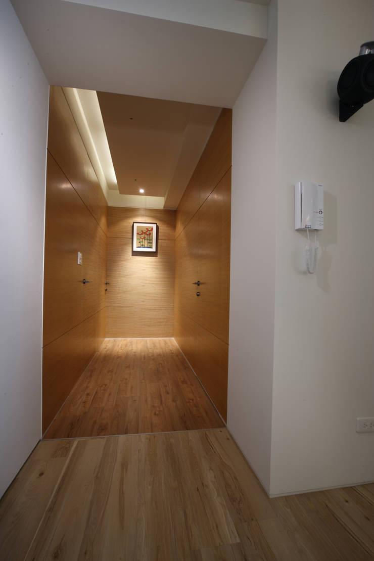 戀戀英國:  走廊 & 玄關 by 雅群空間設計