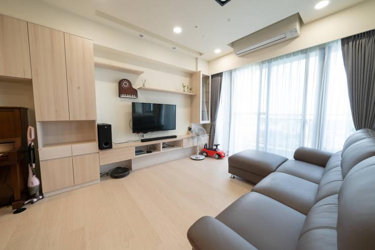 寬敞並擁有強大收納空間的客廳:  客廳 by 藏私系統傢俱