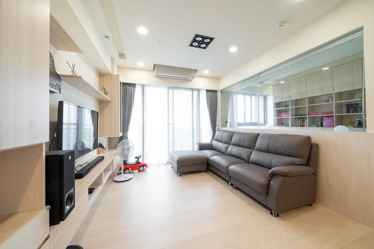 客廳在打造時先預留了裝置投影機和布幕的空間:  客廳 by 藏私系統傢俱