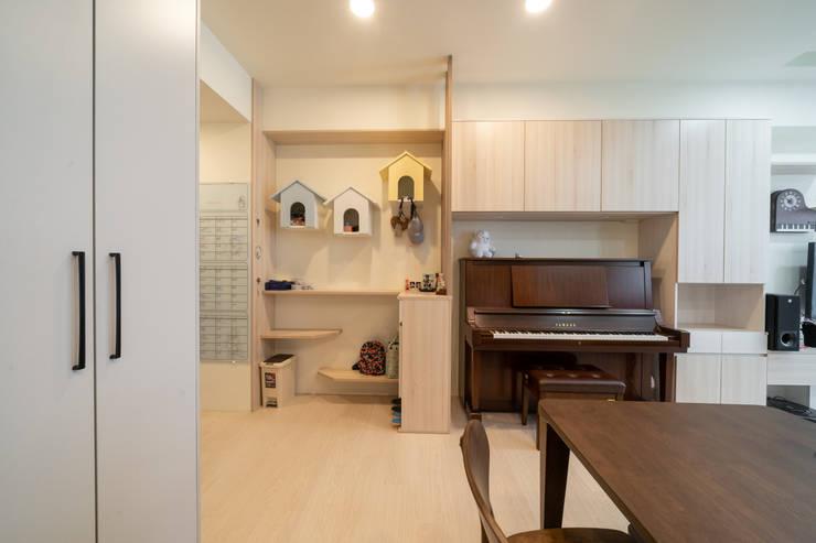 三個小房子的置物櫃小巧思代表屋主一家三口:  走廊 & 玄關 by 藏私系統傢俱