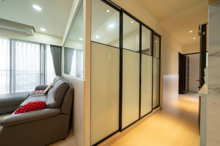 書房隔間用拉門,關上既可保有隱私,打開又能與客廳結合不封閉:  拉門 by 藏私系統傢俱