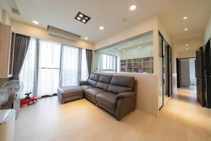 玻璃牆作為書房與客廳的隔間,讓在書房工作的家人也能與在客廳的家人互動:  書房/辦公室 by 藏私系統傢俱