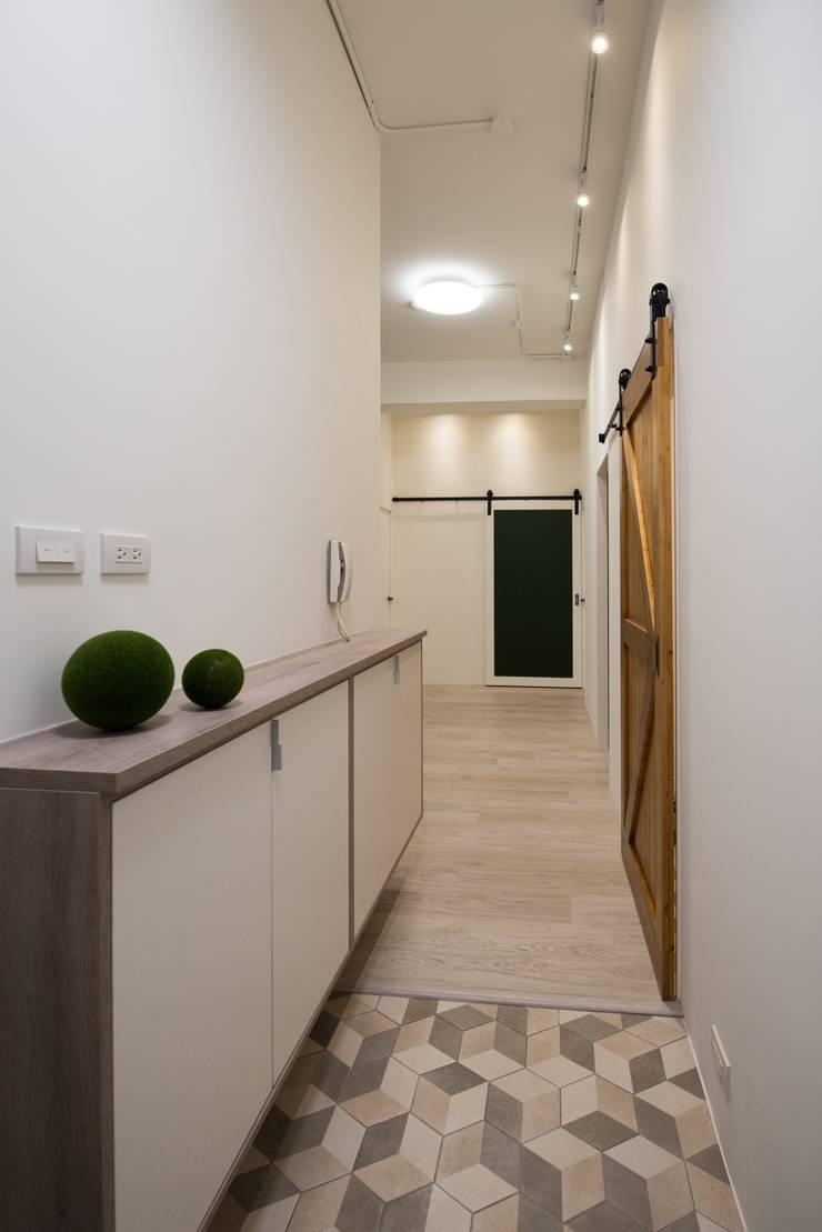 CL HOUSE:  走廊 & 玄關 by 裊裊設計 KATE CHANG DESIGN STUDIO