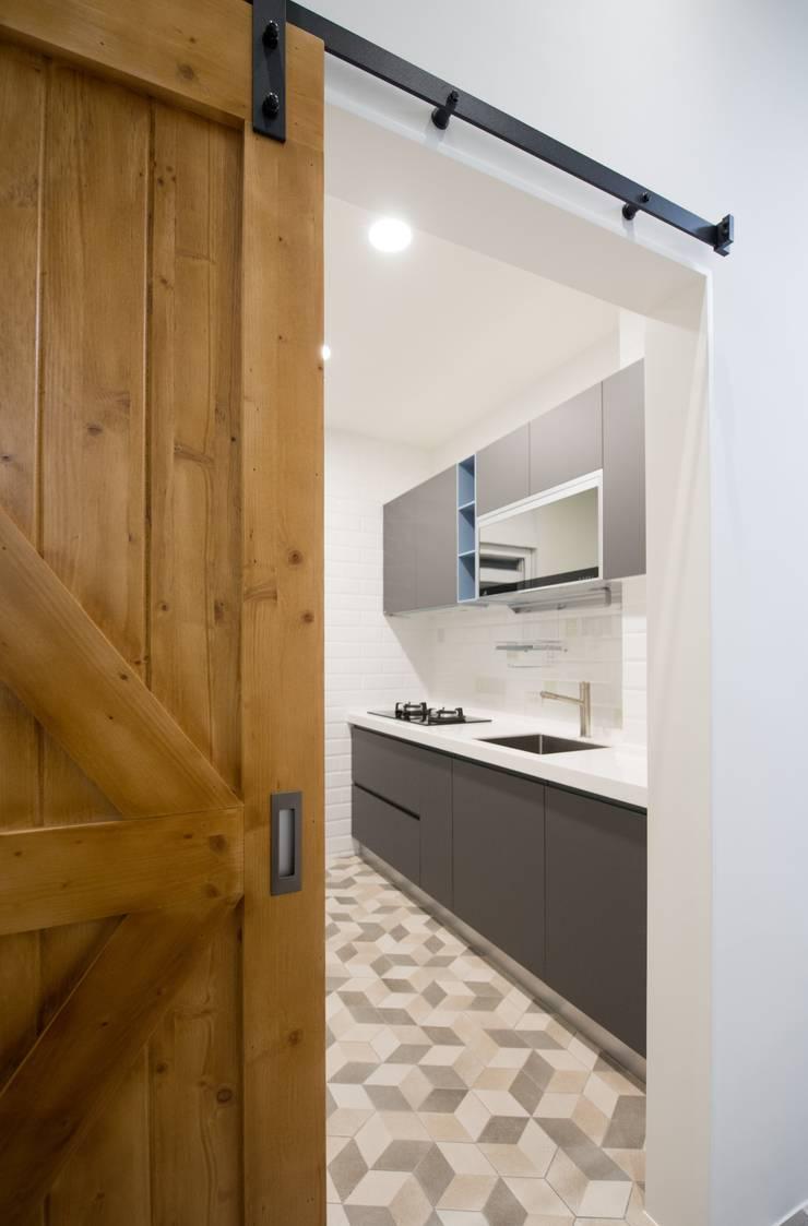 CL HOUSE:  廚房 by 裊裊設計 KATE CHANG DESIGN STUDIO