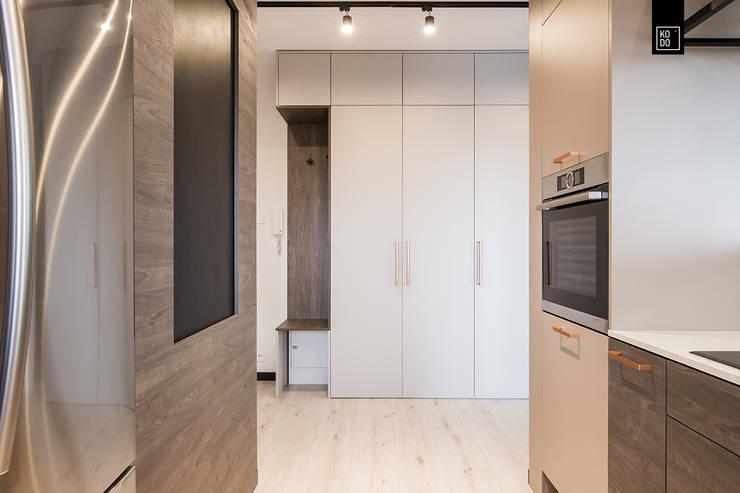 OŻYWIAMY KOLOREM! Minimalist corridor, hallway & stairs by KODO projekty i realizacje wnętrz Minimalist