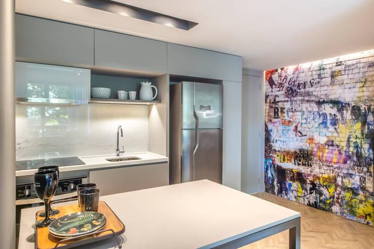 Balcão 100% integrado com a sala por BG arquitetura | Projetos Comerciais Moderno