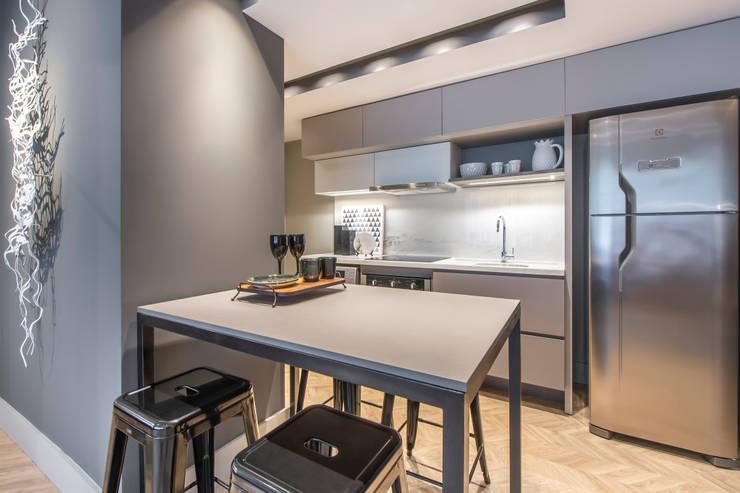 Linguagem também industrial no mobiliário escolhido Cozinhas modernas por BG arquitetura | Projetos Comerciais Moderno