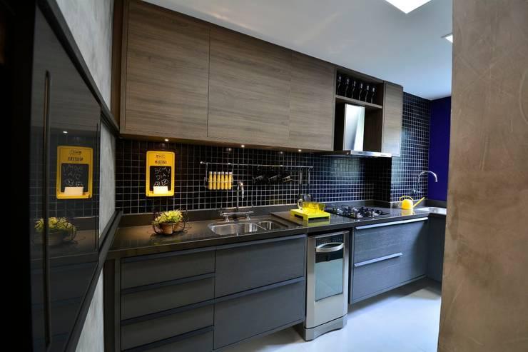 Elementos coloridos misturados com uma paleta de cores sombria por BG arquitetura | Projetos Comerciais Moderno